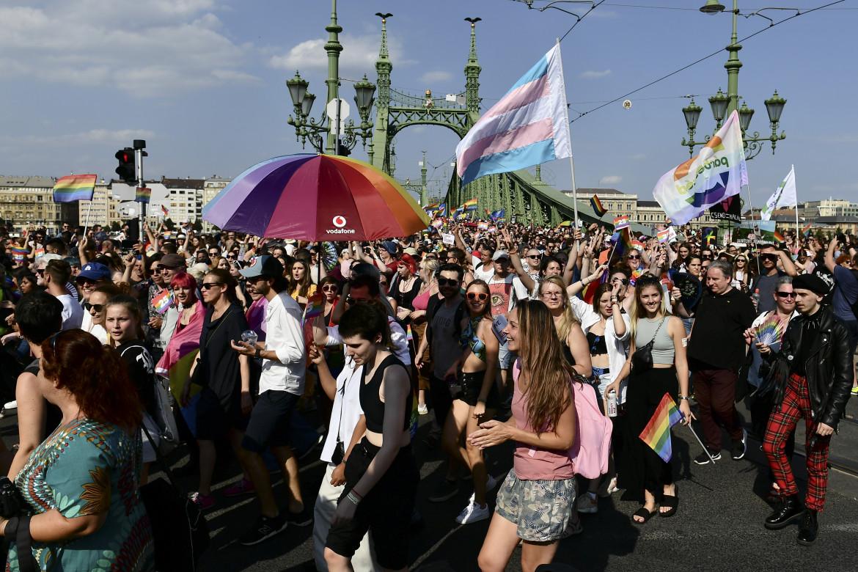 Il Gay Pride del 24 luglio scorso sul Ponte della Libertà di Budapest