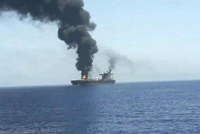 Il fumo dalla petroliera colpita nel Golfo