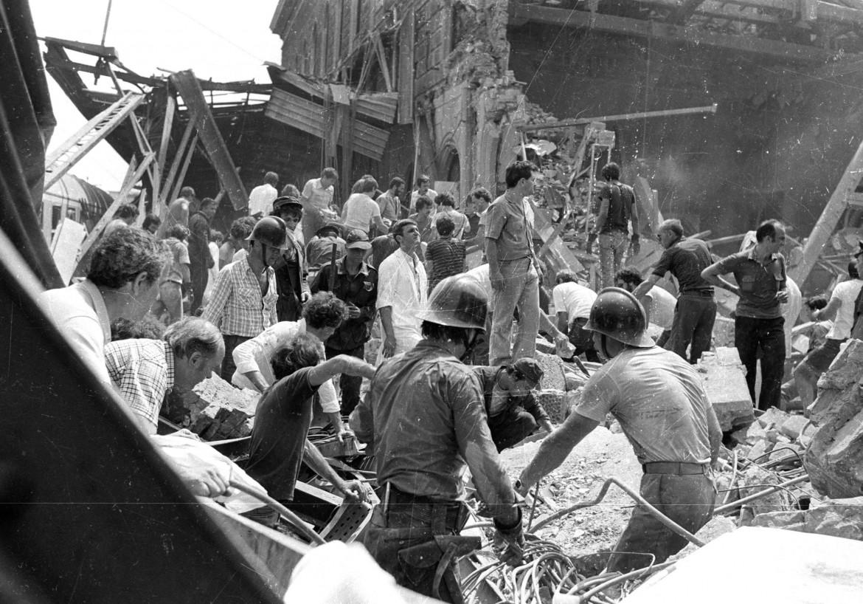 Bologna, 2 agosto 1980, i soccorritori tra le maceria della strage alla stazione