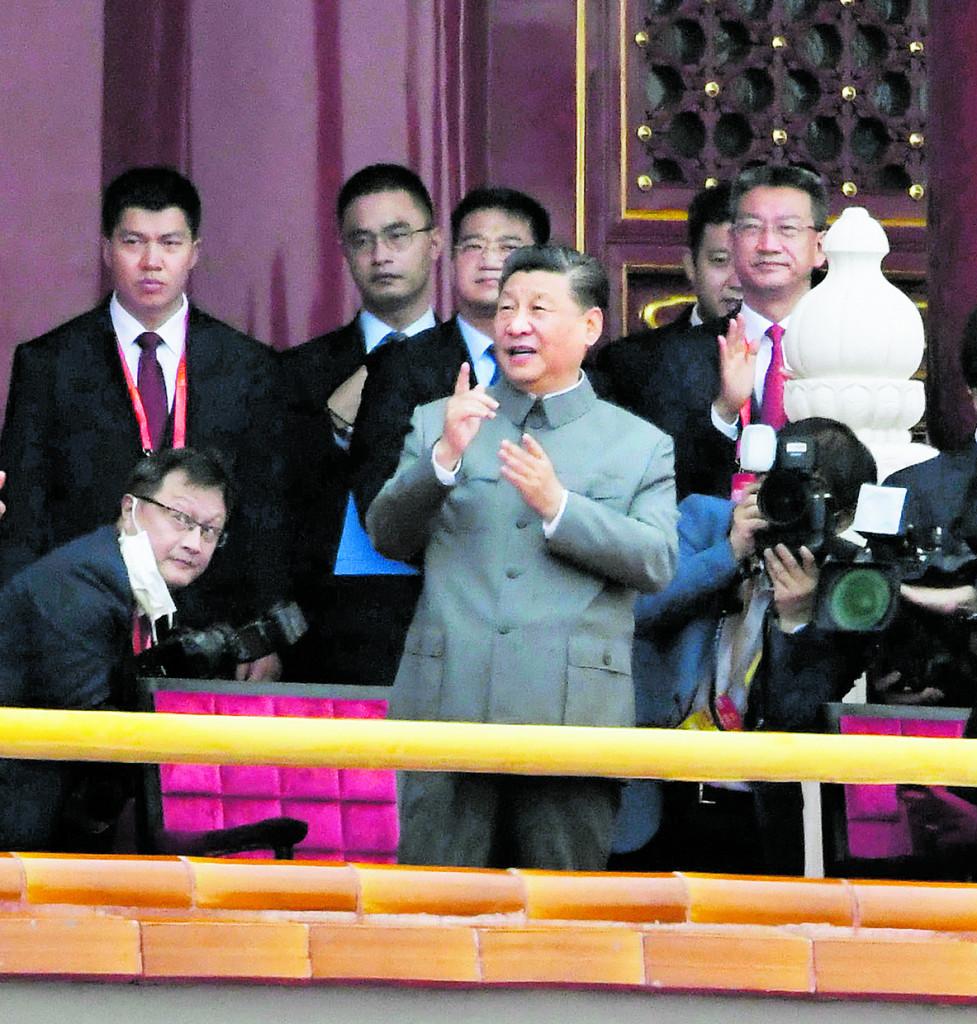 Xi Jinping sul palco di Tian'anmen a Pechino durante le celebrazioni dei 100 anni del Pcc