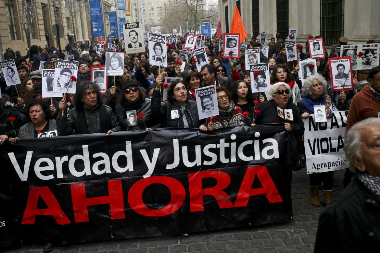 «Verità e giustizia ora», una delle proteste dei famigliari dei desaparecidos cileni a Santiago