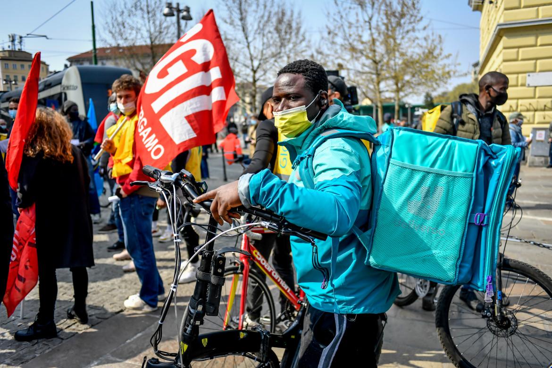 Una protesta dei rider Deliveroo organizzata dalla Cgil