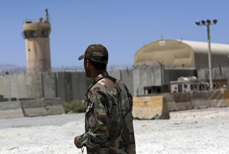 Militari americani lasciano la base afghana di Bagram