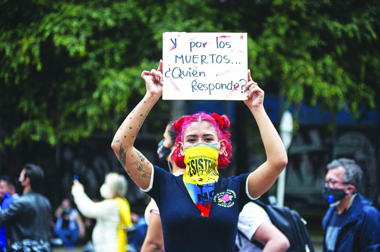 In piazza contro la violenza della polizia: Per i morti chi risponde? foto Ap