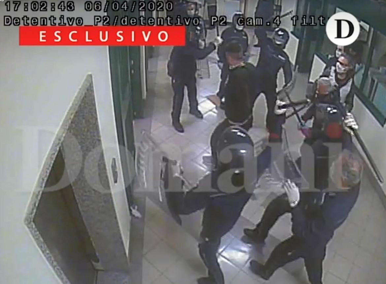 Un'immagine della videosorveglianza del carcere di S. M. Capua Vetere, pubblicata da Domani