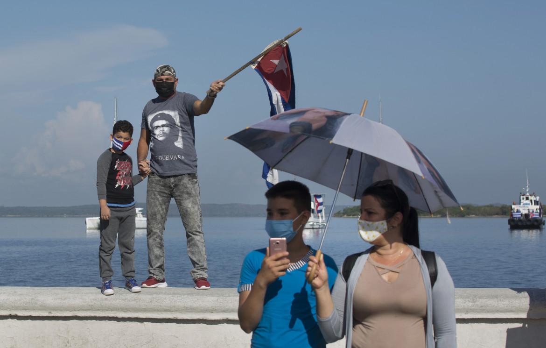 Cienfuegos, sul lungo mare in mascherina