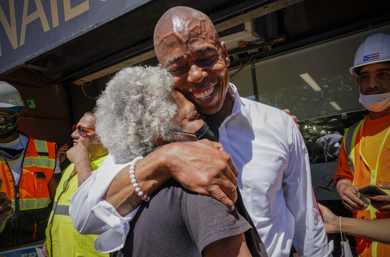 Eric Adams abbraccia una sostenitrice nel quartiere newyorchese di Harlem