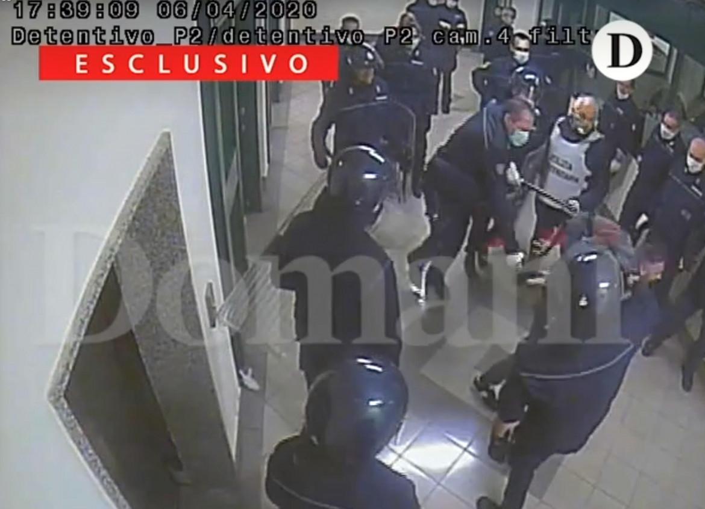 Un'immagine della videosorveglianza del carcere di S. M. Capua Vetere pubblicata da Domani