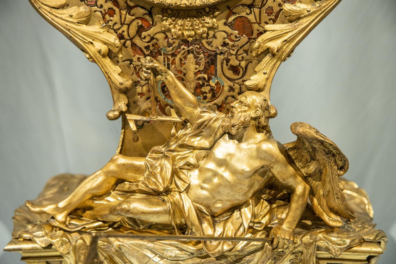 erchia di André-Charles Boulle (scultore), Louis Mynuel (orologiaio), Orologio da consolle con Trionfo dell'Amore sul Tempo, part., Roma, coll. privata