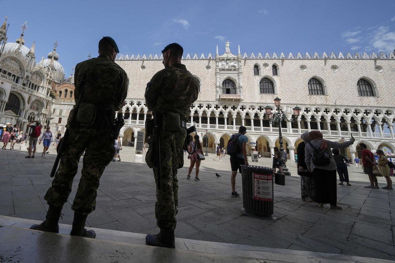 Piazza San Marco, militari italiani durante lo svolgimento del G20