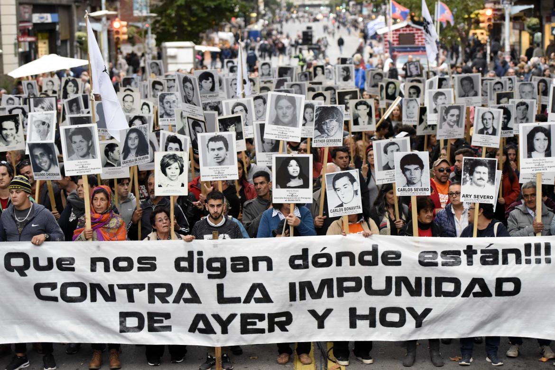 Marcia a Montevideo di attivisti e familiari dei desaparecidos uruguaiani durante gli anni della dittatura
