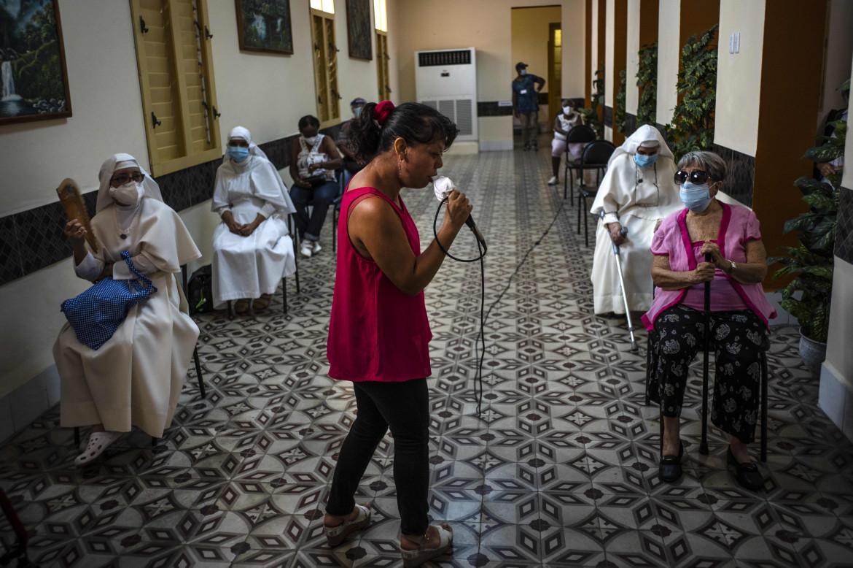 L'Avana, una donna canta per dei pazienti appena vaccinati e ancora in osservazione
