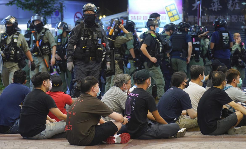 La polizia blocca i manifestanti impedendo la marcia del primo luglio a Hong Kong