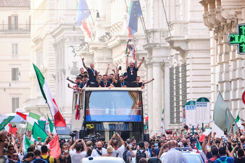 il torpedone degli azzurri a Roma