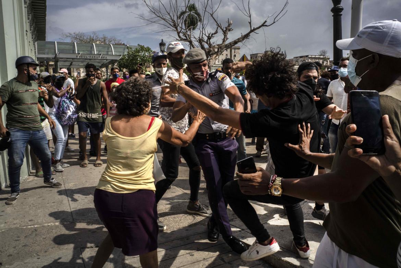 Momenti di tensione tra polizia e manifestanti all'Avana