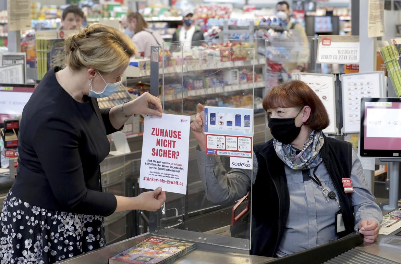 L'ex ministra tedesca della Famiglia, Franziska Giffey, lancia una campagna contro la violenza domestica sulle donne nei supermercati