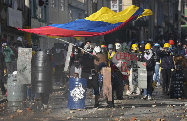 Bogotà, 28 giugno, ancora scontri a tre mesi dall'inizio del