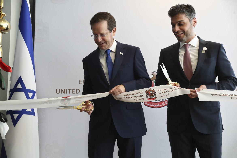 Il presidente israeliano Isaac Herzog e l'ambasciatore degli Emirati in Israele, Mohamed Al Khaja