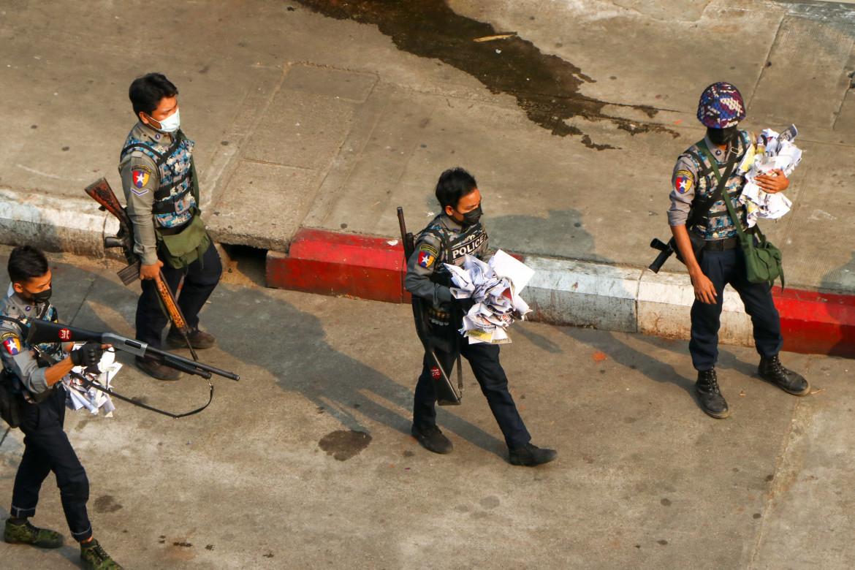 La polizia birmana nelle strade di Yangon al termine di una manifestazione di protesta contro il golpe