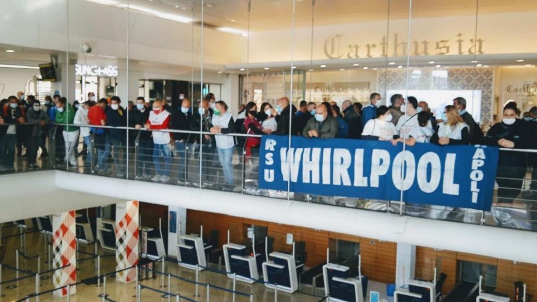 La protesta dei lavoratori Whirlpool all'aeroporto Capodichino di Napoli