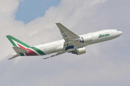 Un velivolo Alitalia in decollo