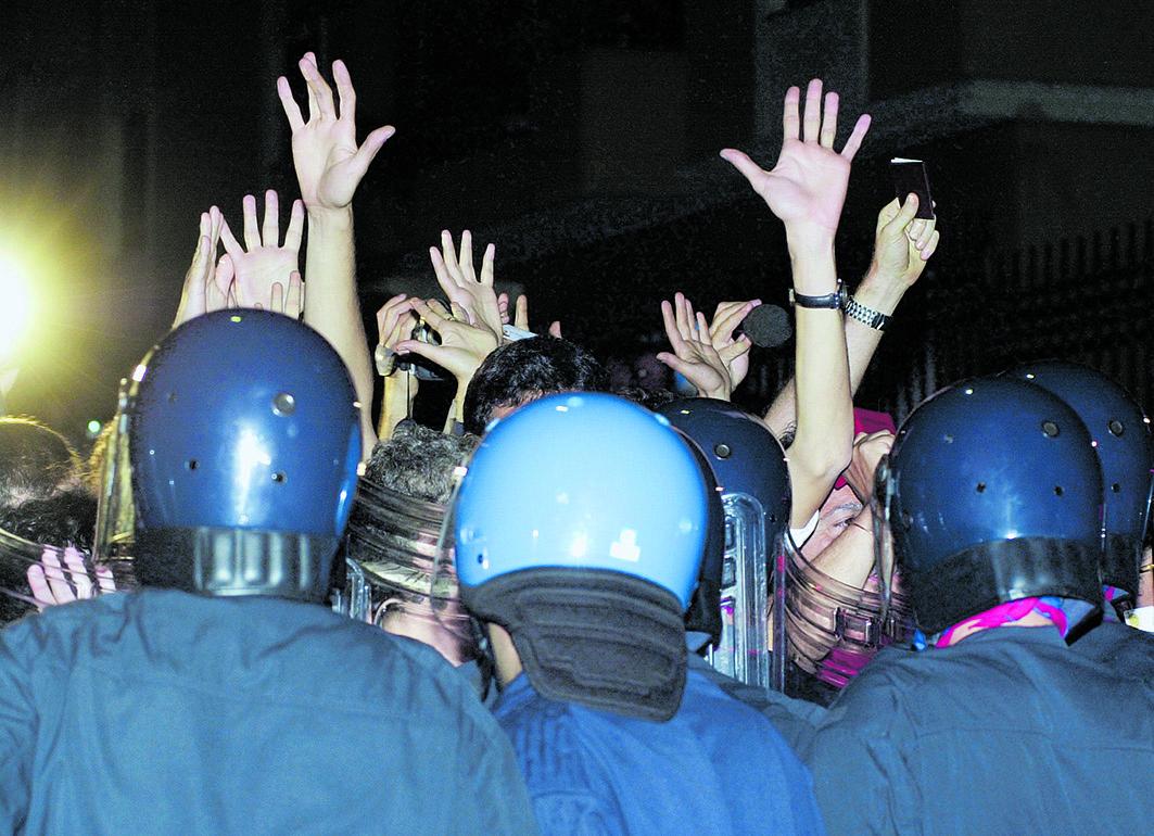 Manifestanti dopo l'irruzione alla Diaz