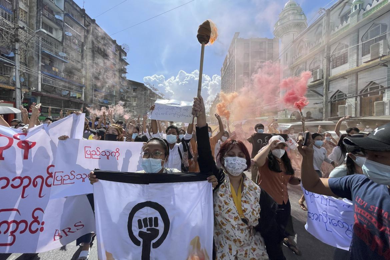 Manifestazione contro il golpe e la repressione dei militari nel distretto di Pazundaung a Yangon