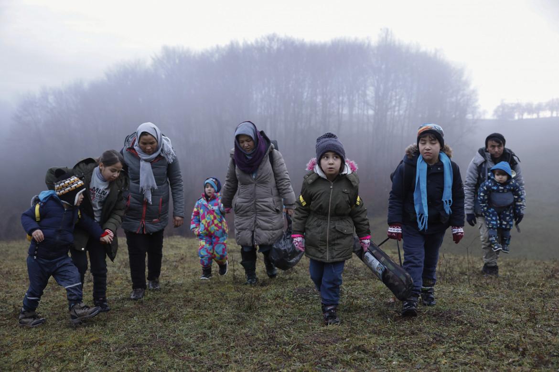 Una famiglia di migranti lungo la rotta balcanica