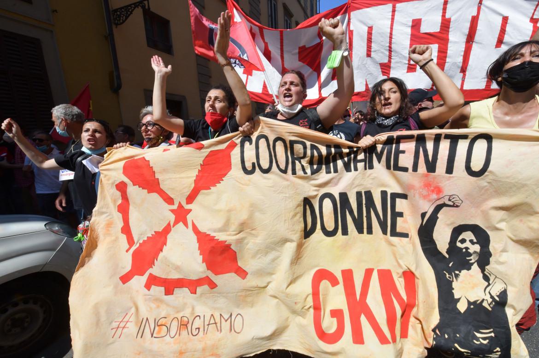 La protesta delle operaie Gkn Firenze contro i licenziamenti