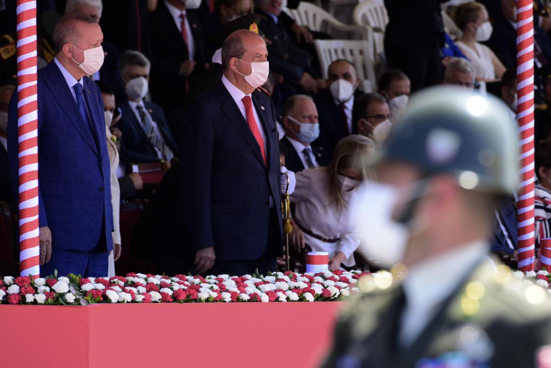 Recep Tayyip Erdogan con il leader turco-cipriota Ersin Tatar alla parata militare che si è svolta ieri nella parte occupata di Nicosia