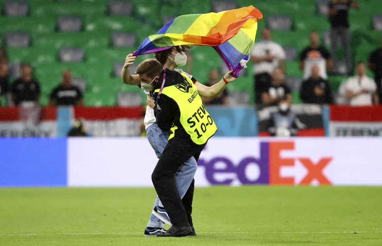 Bandiera arcobaleno alla partita degli Europei dell'Ungheria