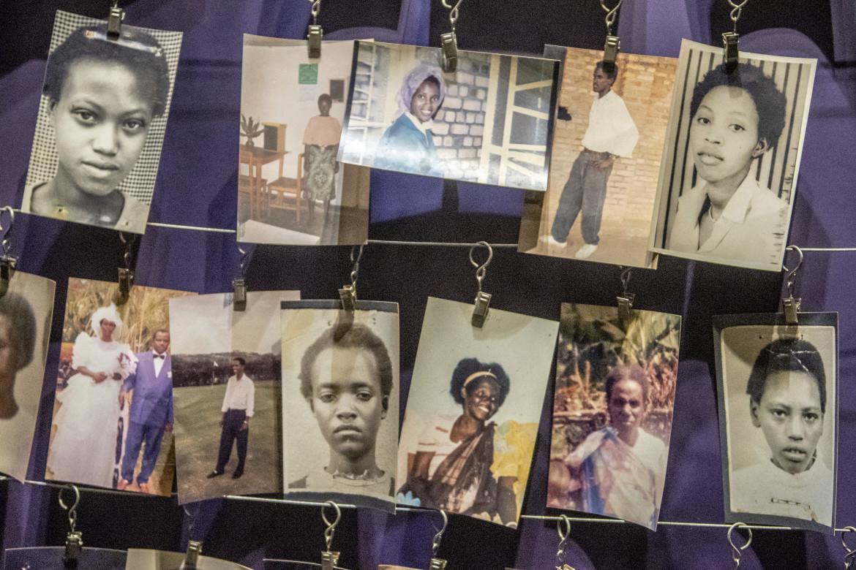 Alcune foto di vittime esposte al Memoriale del Genocidio della capitale ruandese Kigali