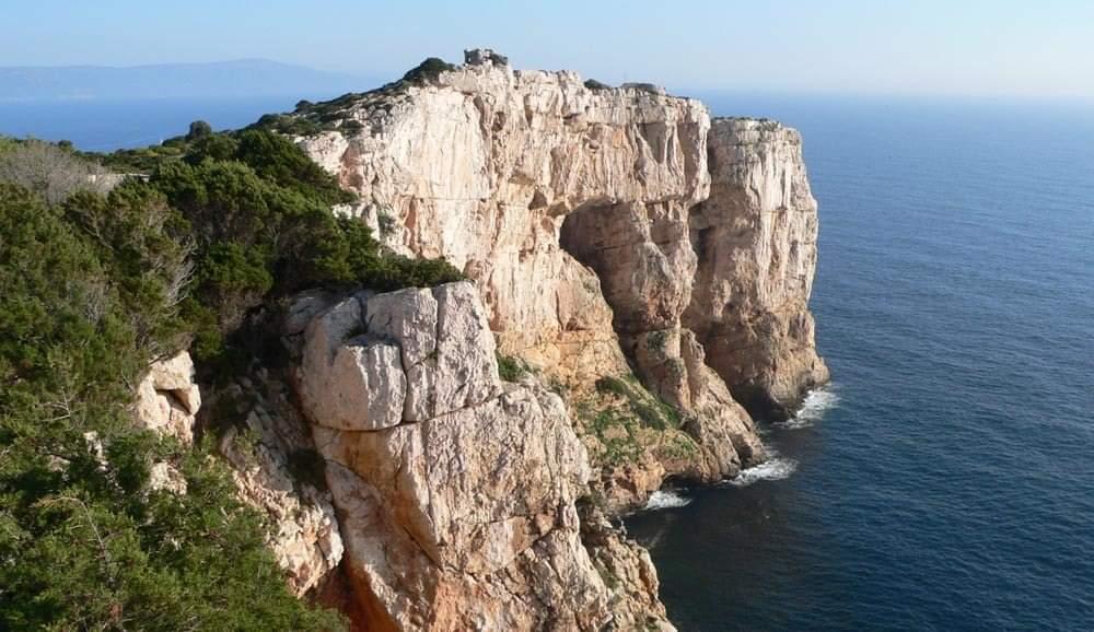 Sopra Punta Giglio sulla costa di Alghero. Sotto lavori in corso per la realizzazione di un albergo per turisti