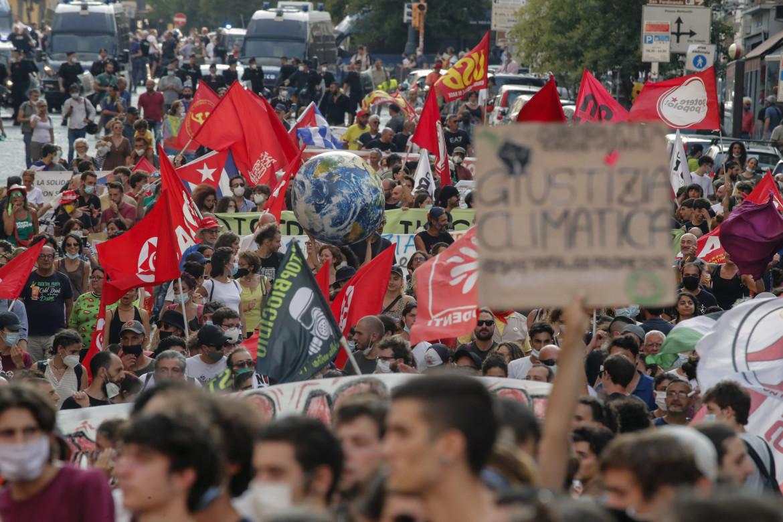 Napoli, protesta di fronte alla sede che ospita il G20