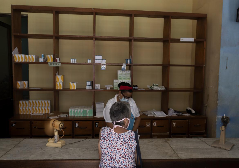 Scaffali semivuoti in una farmacia de L'Avana: la carenza di medicinali è tra le ragioni della protesta delle scorse settimane