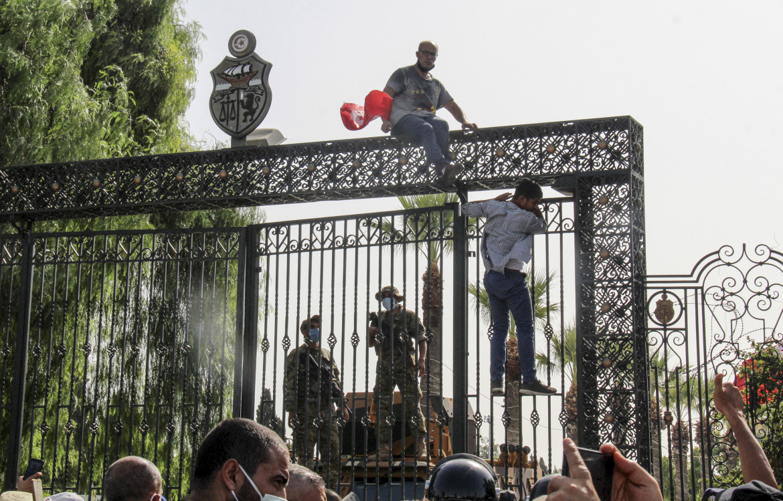 L'ingresso del parlamento tunisino ieri, dopo il licenziamento del premier e la sospensione della Camera