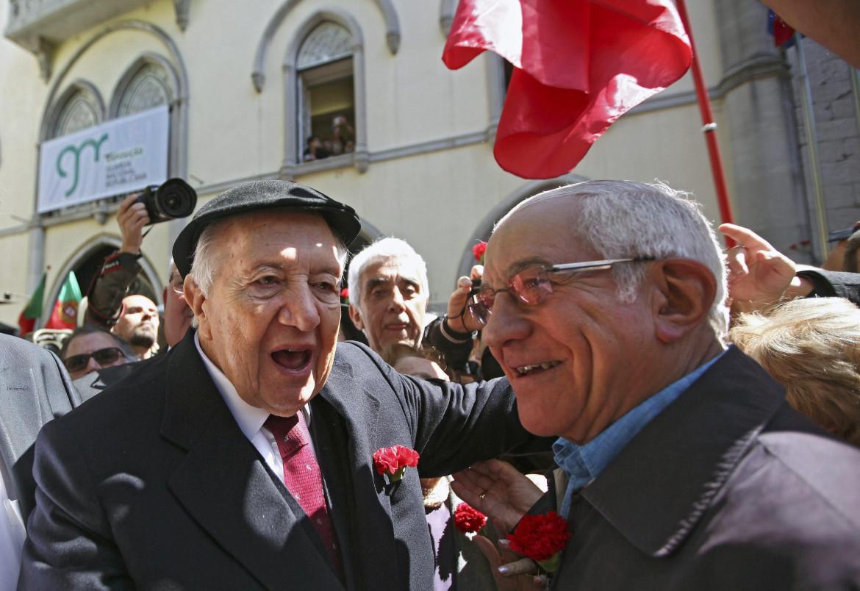 Lisbona 2014, l'ex presidente Mario Soares, a sinistra, mentre abbraccia il comandante militare della rivoluzione Otelo Saraiva de Carvalho
