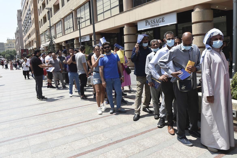 Iraniani in fila fuori da un centro vaccinale di Yerevan