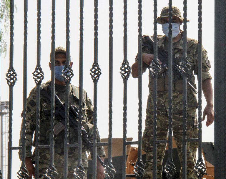 Militari nel cortile del parlamento tunisino