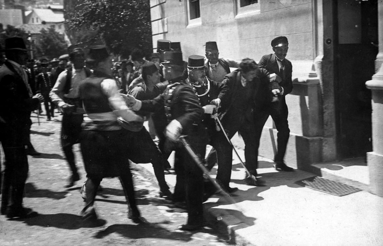 Gendarmi austro-ungarici arrestano un sospetto dopo l'attentato all'arciduca Francesco Ferdinando avvenuto il 28 giugno del 1914 a Sarajevo