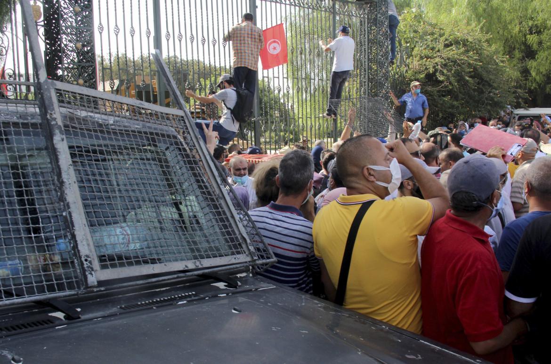 La protesta dei sostenitori di Ennahda davanti al parlamento tunisino