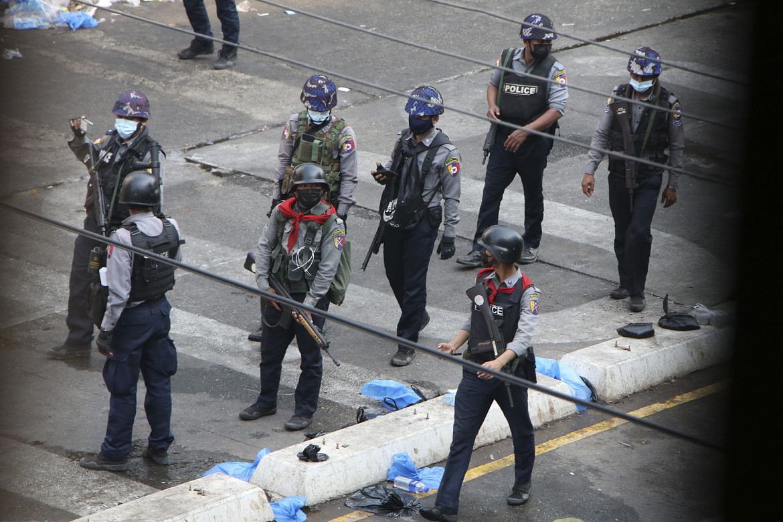 Soldati birmani per le strade di Yangon