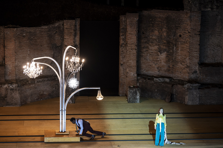 Isabelle Huppert in una scena de «Il giardino dei ciliegi» di Tiago Rodrigues, Pompei Theatrum Mundi