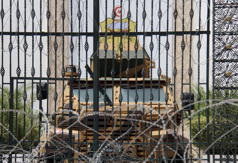 Una camionetta militare dentro il parlamento tunisino