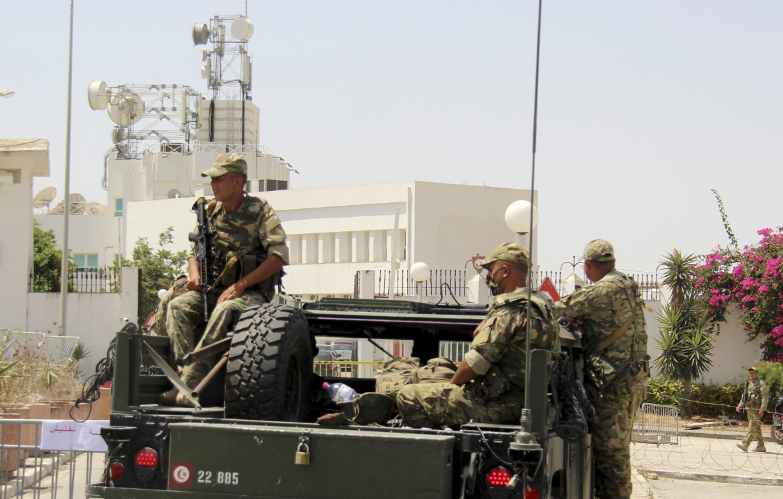 Soldati davanti alla sede della televisione a Tunisi