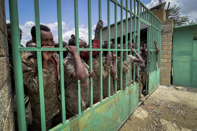 Soldati governativi etiopi prigionieri a Mekelle, in Tigray