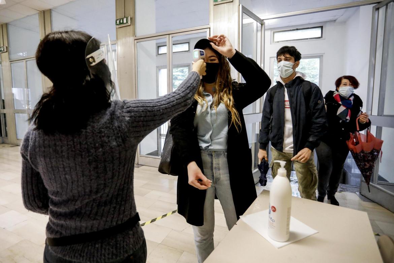 La misurazione della temperatura al rientro a scuola alla Manin di Milano l'anno scorso