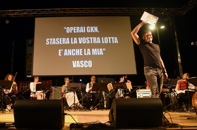 La serata con Stefano Massini e Piero Pelù davanti ai cancelli della Gkn