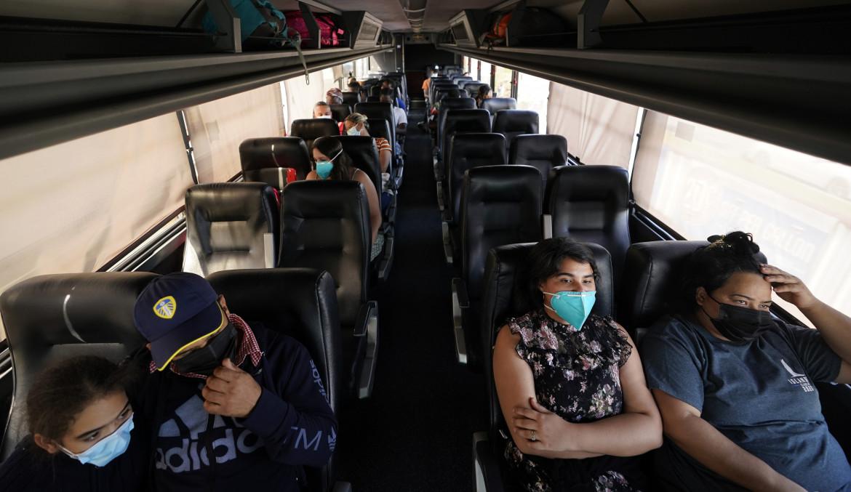 Migranti senza documenti in un autobus della polizia di frontiera a Del Rio, in Texas