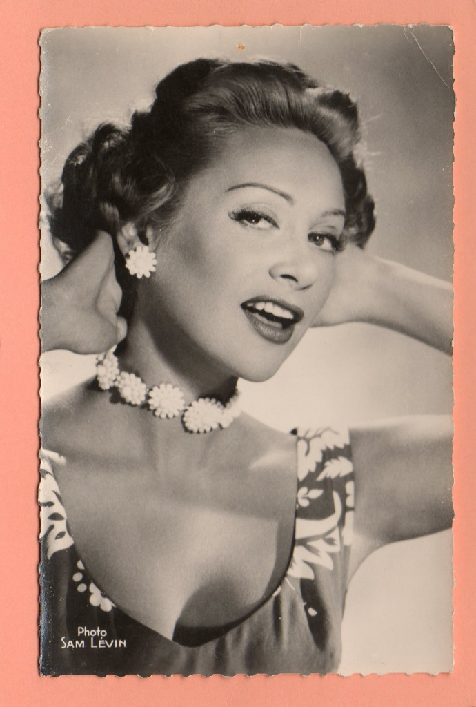Cartolina postale  con la diva francese  Martine Carole (1920-1967), foto Sam Lévin/Globe